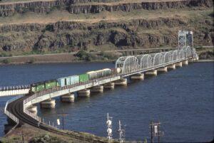 Burlington Northern | Wishram, Washington | SD40R 7362 | SD40-2 6707 | Train 6707 | Oregon Trunk Rail Bridge | July 1990 | Dave Zeutschel photo